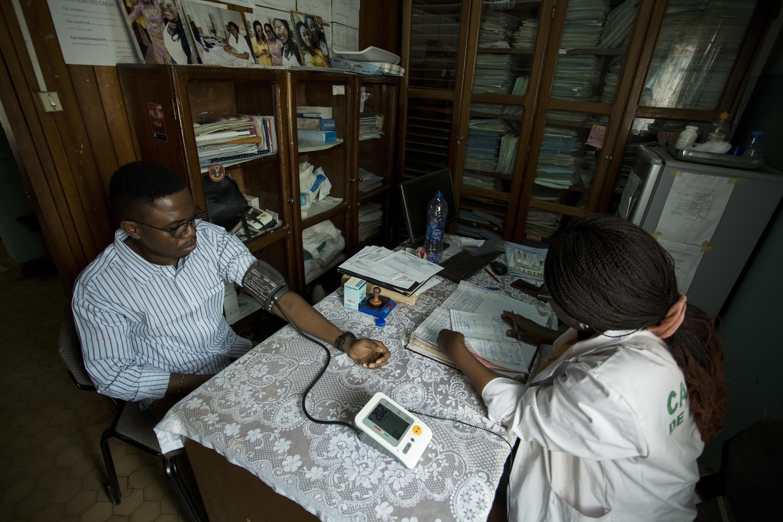 Serge est traité comme un vieil ami par le         médecin-chef, Ntoube Nkwelle Cpzezoa, au centre médical la camnafaw. Malade depuis deux jours, Serge s'est rendu au centre médical pour y effectuer des analyses de sang afin de déterminer s'il est atteint de paludisme et de typhoïde.
