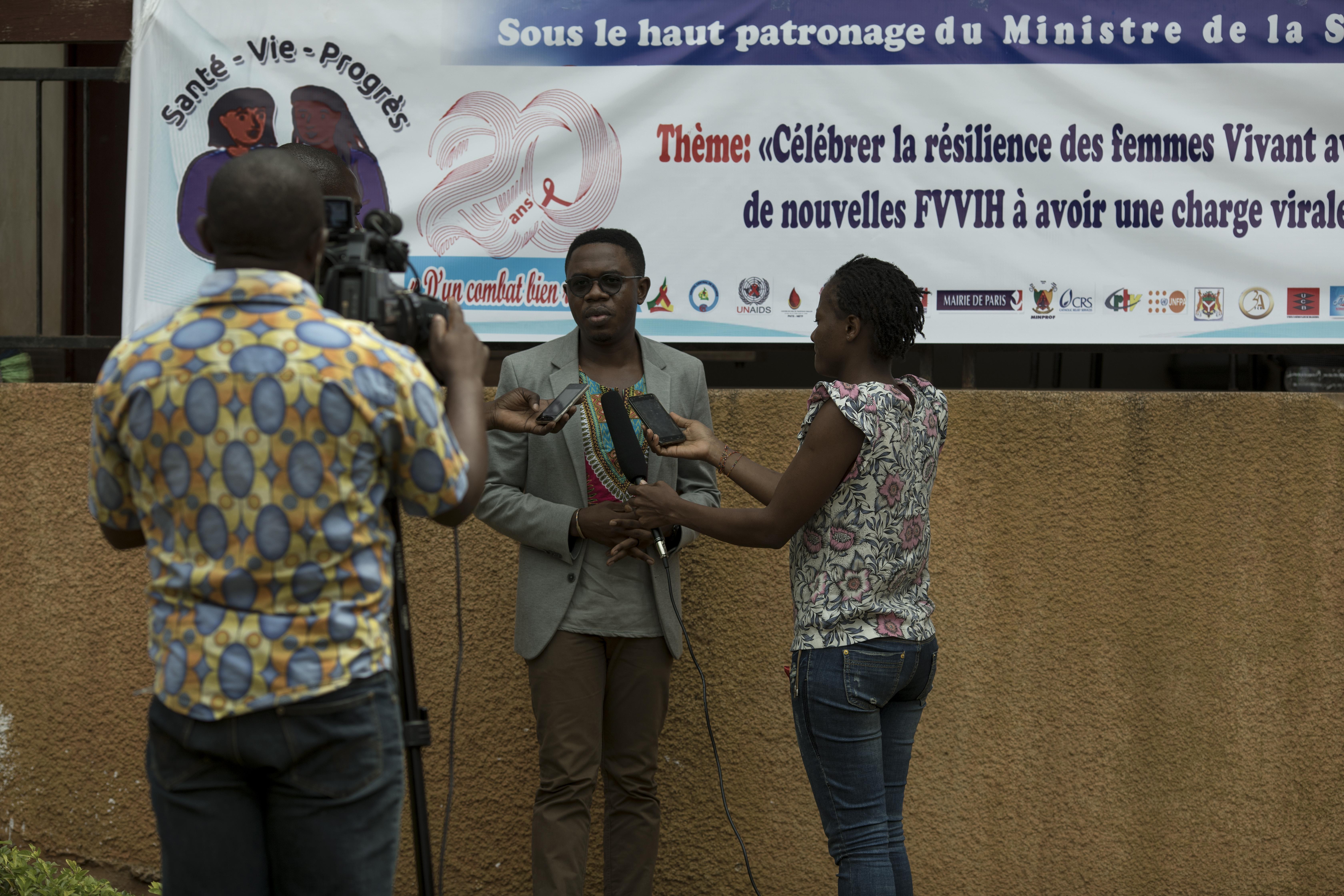 Les opinions de Serge sont souvent recherchées au Cameroun. Les médias et les participants étaient impatients de s'entretenir avec lui.