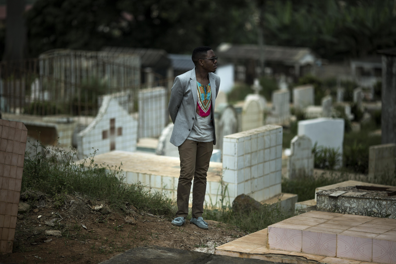 Serge déambule dans un cimetière de Yaoundé, la capitale du Cameroun. Plus jeune, il a vu beaucoup de ses amis mourir de complications liées au sida. Il devait agir et il est devenu un ardent défenseur des droits des LGBTQ au Cameroun et de la sensibilisation au VIH. Aujourd'hui, Serge est un leader reconnu dans la communauté et il collabore avec Affirmative Action au lancement d'une discussion publique au Cameroun.