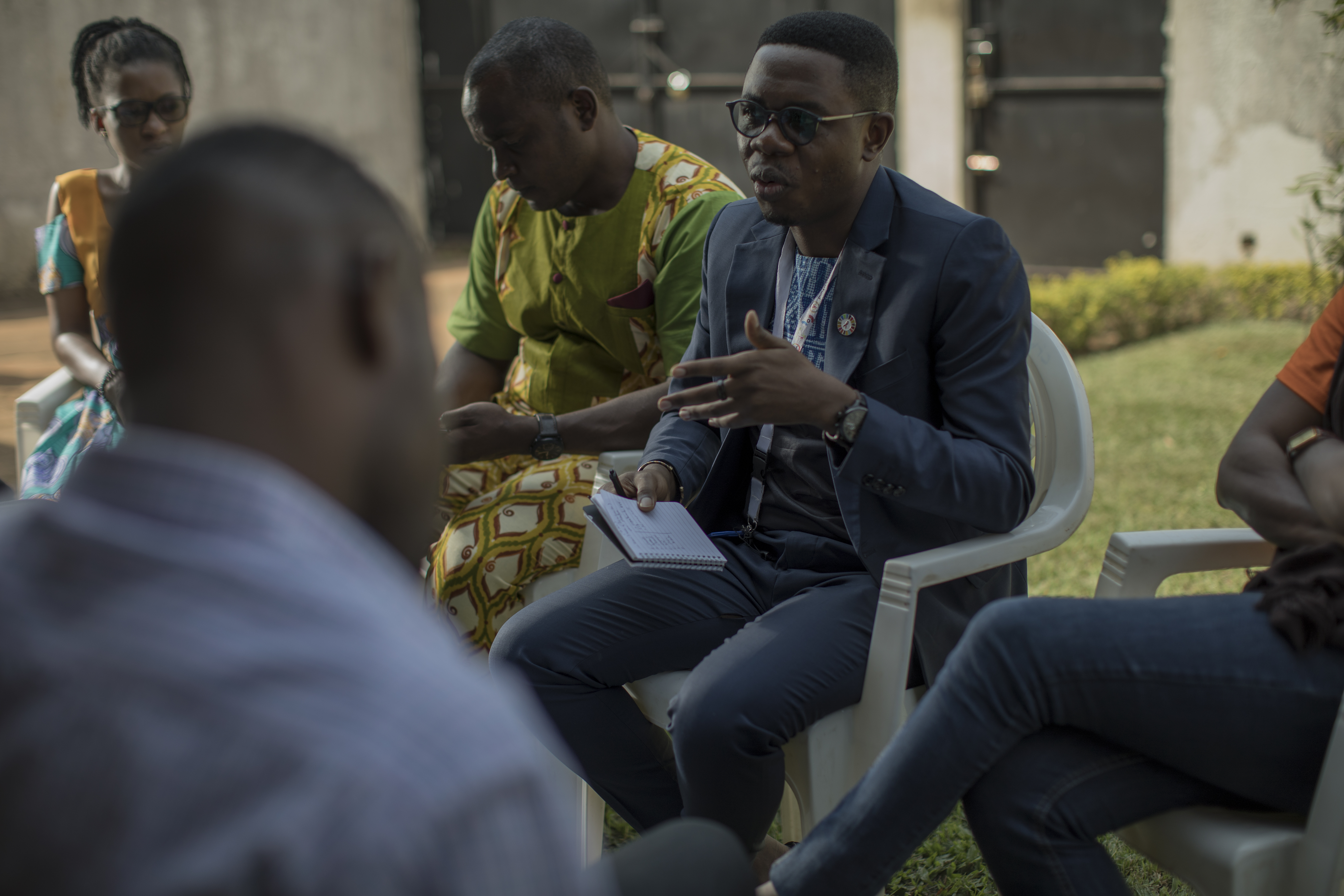 Serge anime un atelier intitulé « Réunion sur le renforcement des capacités des représentants des populations hautement vulnérables sur l'engagement communautaire et le Mécanisme mondial de la société civile » avec les principales parties prenantes au siège social d'Affirmative Action, à Yaoundé, au Cameroun.