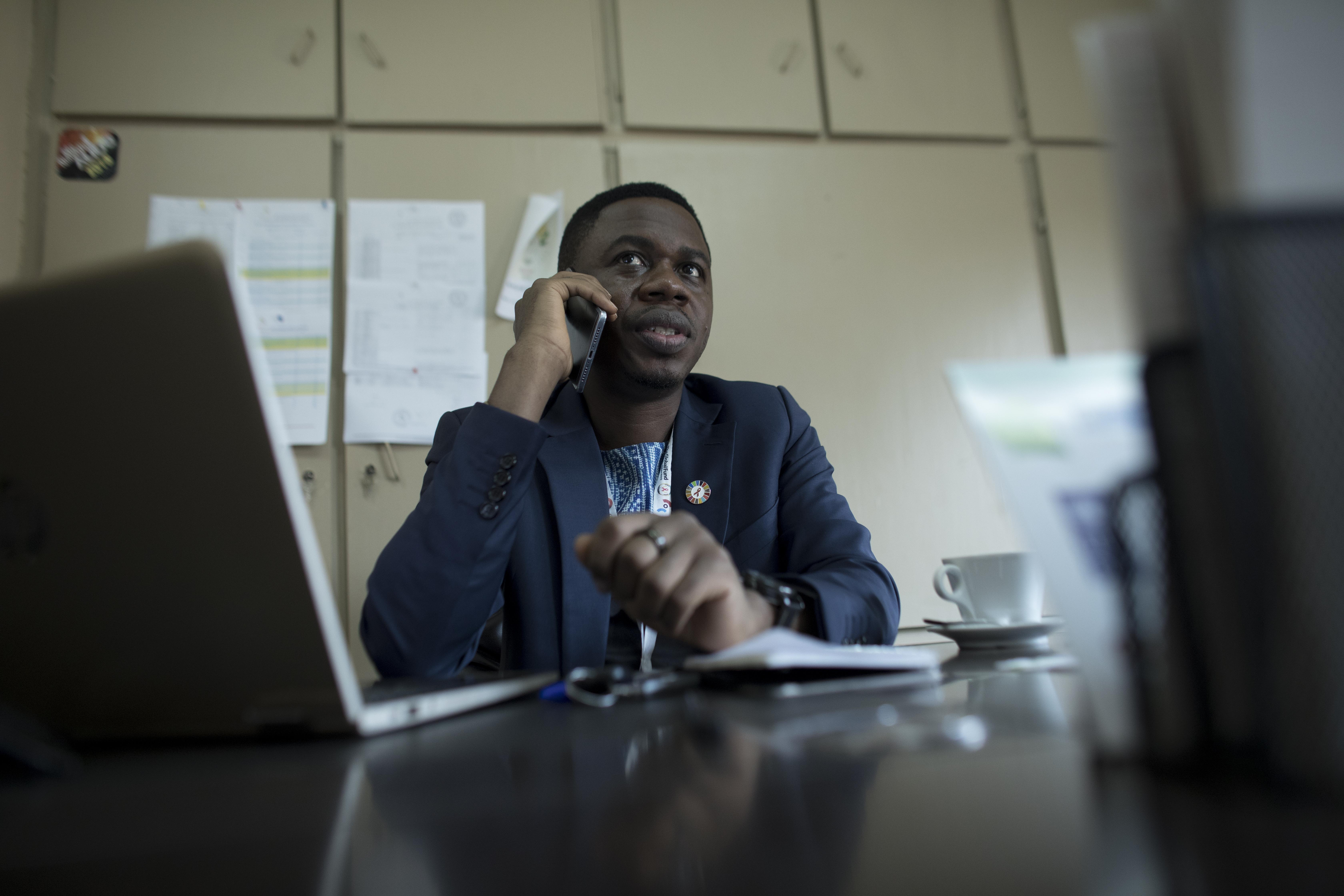 Serge est fort occupé par le travail chez Affirmative Action où il est constamment sur appel et où il contribue à diriger l'organisation.