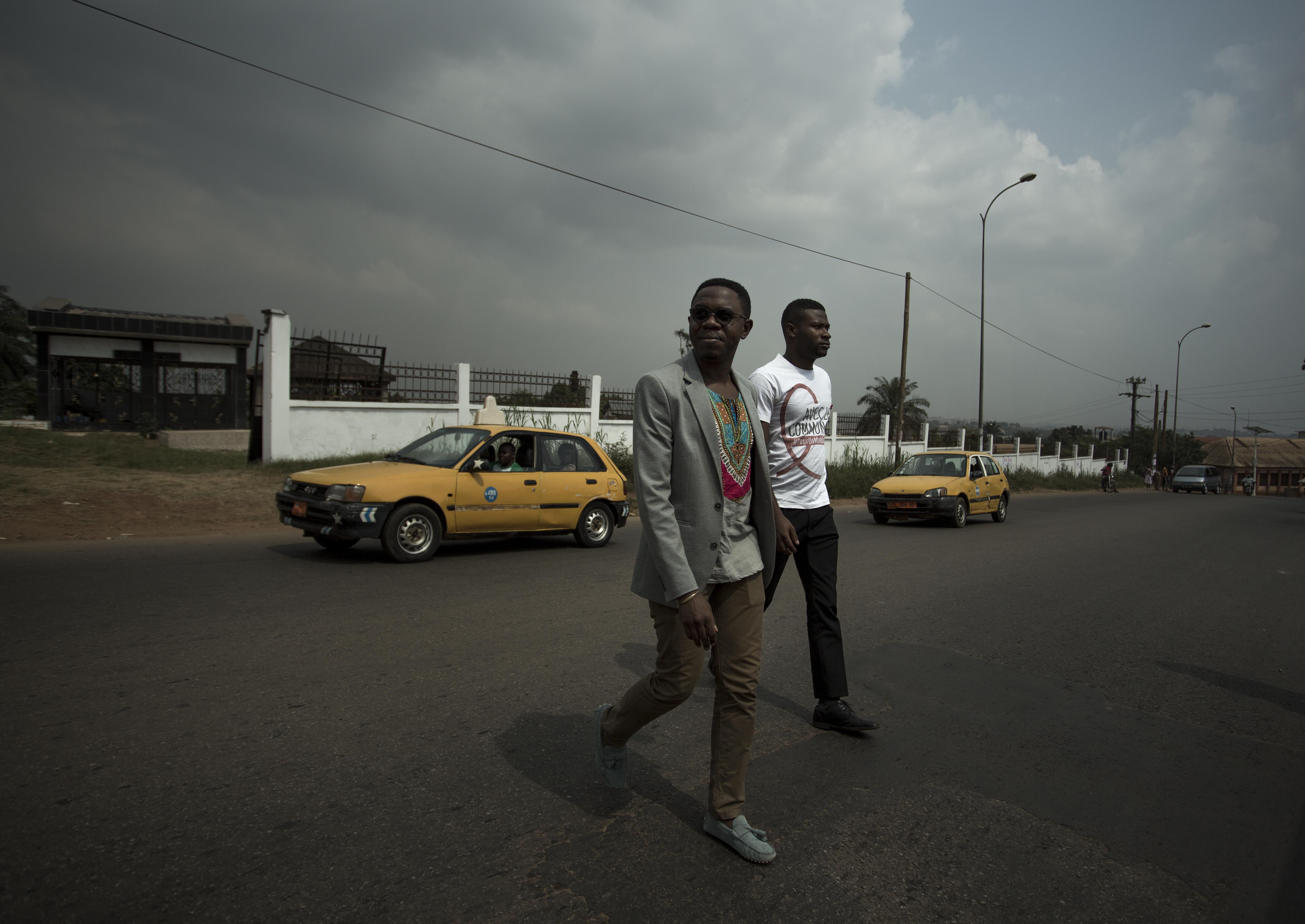 À son marché local à la périphérie de Yaoundé, Serge achète de la nourriture pour un déjeuner entre amis plus tard dans l'après-midi.