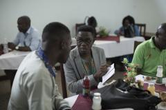 Joseph Messinga, responsable des communications chez Affirmative Action discute de l'horaire de la journée avec Serge au lendemain d'une conférence où ce dernier était l'un des panélistes conversant des problèmes auxquels sont confrontées les communautés LGBTQ au Cameroun.