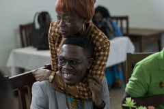 Francine Nganhale étreint Serge à la sortie de la Conférence sur l'impact du Fonds mondial pour atteindre la résilience, à Yaoundé, où il était un panéliste discutant des problèmes auxquels font face les communautés touchées par le VIH. Francine est directrice de l'ICW et elle était ravie de s'entretenir de ses activités avec Serge.