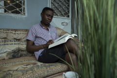 Serge habite un joli petit appartement situé dans une rue calme à la périphérie de Yaoundé, où il aime cuisiner, lire et se détendre. Serge affirme : « ma vie est très simple. Je vais au travail et je rentre chez moi. J'adore vivre simplement ».
