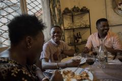Serge reçoit des amis et des collègues à la maison où il a  préparé un déjeuner pour Annick Tchouma Kemstop (à gauche) et Kevin Evina (à droite).