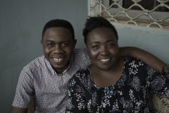 Serge apprête un repas pour ses amis et collègues proches, chez lui, dans sa banlieue de Yaoundé. Annick Tchouma Kemstop (à droite) aide Serge à cuisiner un délicieux repas camerounais traditionnel.